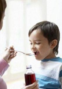 дети принимают лекарство с ложки